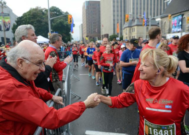 À gauche, Royal Galipeau, député d'Ottawa-Orléans, et Bryan Hayes, député de Sault Ste. Marie, encouragent les participants à la ligne de départ de la 7e Course pour l'Armée du Canada, à Ottawa.  (Groupe CNW/Anciens Combattants Canada)