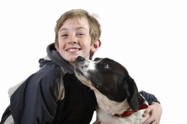 « Cette photographie m'effraie, admet Mme Huneke. Ce chien lance un avertissement clair qu'il pense sérieusement à mordre. Le blanc des yeux est visible, le chien fixe l'enfant, les babines sont serrées, le chien s'incline du côté opposé et ses oreilles sont orientées vers l'arrière et vers le bas. Je peux presque entendre le grognement en regardant la photo ». (Groupe CNW/Institut canadien de la santé animale)