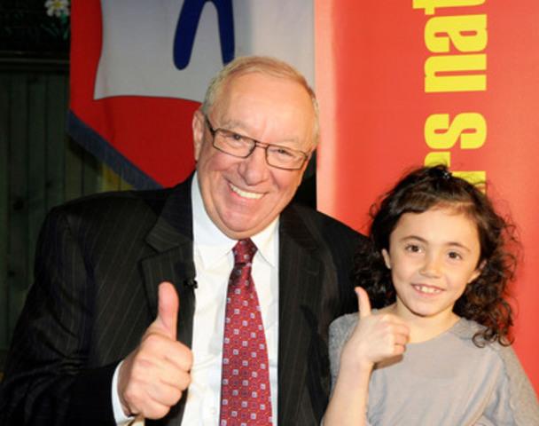 Le Sénateur Jacques Demers et Jasmine Petrecca, de l'école Ste-Marguerite, école participante du CNL 2015 située à Laval. (Groupe CNW/Concours national de lecture)