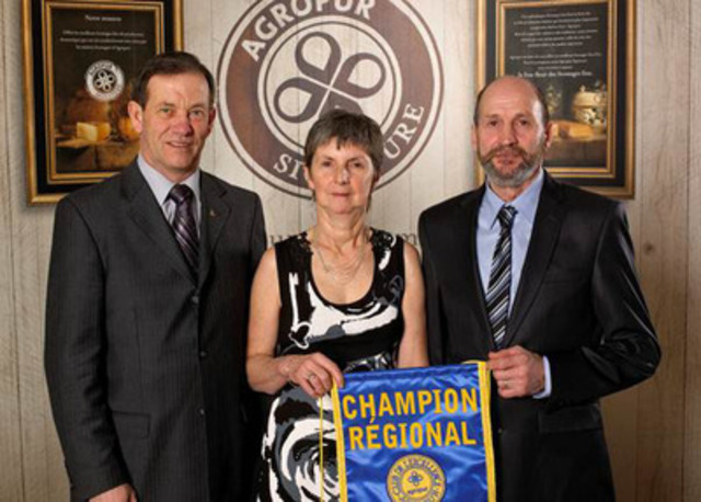 De gauche à droite : M. Serge Riendeau, administrateur, Mme Nicole Viau et M. Yvon Boisvert. (Groupe CNW/AGROPUR)