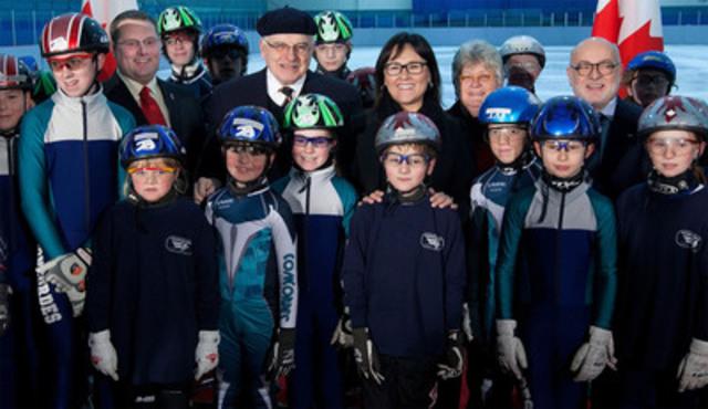 La ministre Aglukkaq et le député Royal Galipeau rencontrent des membres du Club de patinage de vitesse de Gloucester après une annonce pour favoriser le jeu actif et en sécurité chez les enfants et les jeunes. (Groupe CNW/AGENCE DE LA SANTE PUBLIQUE DU CANADA)