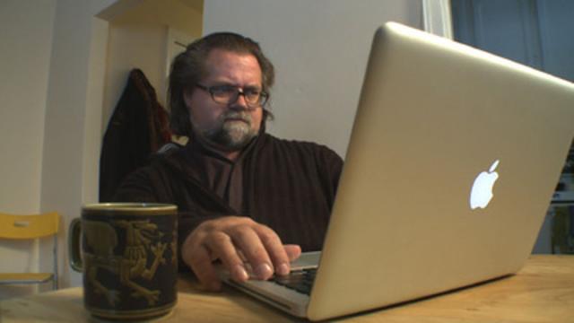 Homme assis devant un ordinateur portatif. (Groupe CNW/Office des transports du Canada)