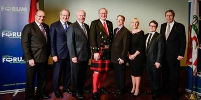 Apparaissent sur la photo (de gauche à droite) : Jack Mintz, Wayne Wouters, Peter Mansbridge, Hon. Wade MacLauchlan, Edward Greenspon, Françoise Bertrand, Talor Owen, Robert Prichard (Groupe CNW/Fédération des chambres de commerce du Québec)