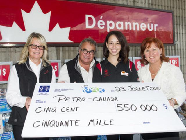 De gauche à droite : Mme Mireille Croteau, directrice adjointe de la station-service, M. François Bombo, propriétaire, Mme Kim Chevarie, caissière, et Mme Ginette Morin, de Loto-Québec (Groupe CNW/Loto-Québec)