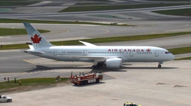 Vidéo : Le premier appareil 787 Dreamliner atterrit et reçoit un salut au canon à eau à l'aéroport international Lester B. Pearson de Toronto, le dimanche 18 mai 2014.