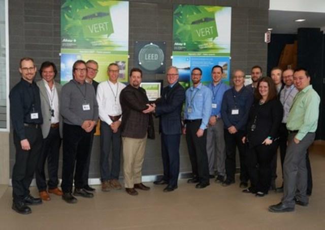 Une partie de l''équipe de Sobeys Québec responsable du projet devant la plaque de certification LEED® niveau argent, centre de distribution de Sobeys Québec, Terrebonne. (Groupe CNW/IGA)