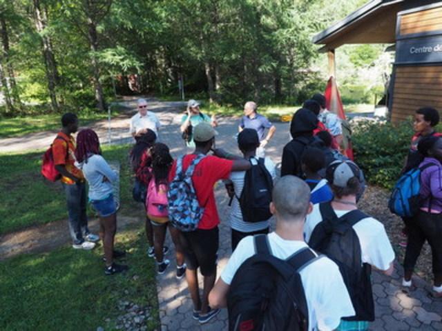 Jeunes citadins invités par la Sépaq et l'OMHQ pour une journée d'activités dans le parc national de la Jacques-Cartier (Groupe CNW/Société des établissements de plein air du Québec)