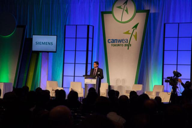 Robert Hornung, président de CanWEA, accueille les délégués lors de la plénière d'ouverture de CanWEA, le 8 octobre 2013. (Groupe CNW/Association canadienne de l'énergie éolienne)
