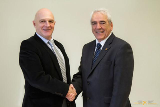 Tom McConnell d'Échec au crime et Michel Rouillard de la Coalition nationale contre le tabac de contrebande (Groupe CNW/Coalition nationale contre le tabac de contrebande (CNCTC))