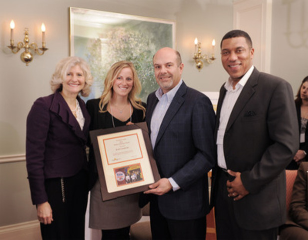 Kraft Canada receiving their Donor of the Year Award. (CNW Group/Food Banks Canada)