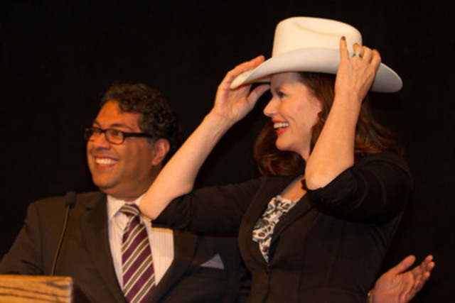Geena Davis receives a white hat from Calgary Mayor Nenshi at the Canadian Women's Foundation Annual Breakfast in Calgary on October 15, 2013. Calgarians helped raise $620,000 to help end women's poverty. To find out more information, visit canadianwomen.org (Photo Credit: Barb Briggs) (CNW Group/Canadian Women's Foundation)