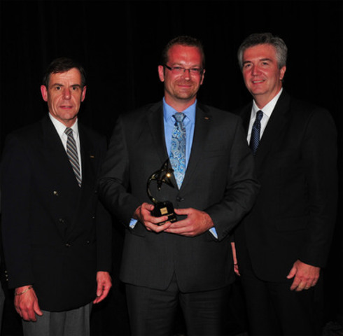 2011 CMA Creative Leadership Award recipient Matt Milovick, MEd, CMA, Vice-President, Operations and Strategic Development, and Interim Chief Financial Officer, University of Ontario Institute of Technology (UOIT) (centre), being congratulated by Nigel White, FCMA, Vice-Chair, CMA Ontario Board of Directors (left), and Merv Hillier, MBA, FCMA, C.Dir., CMC, President and CEO, CMA Ontario (right). (CNW Group/Certified Management Accountants of Ontario)
