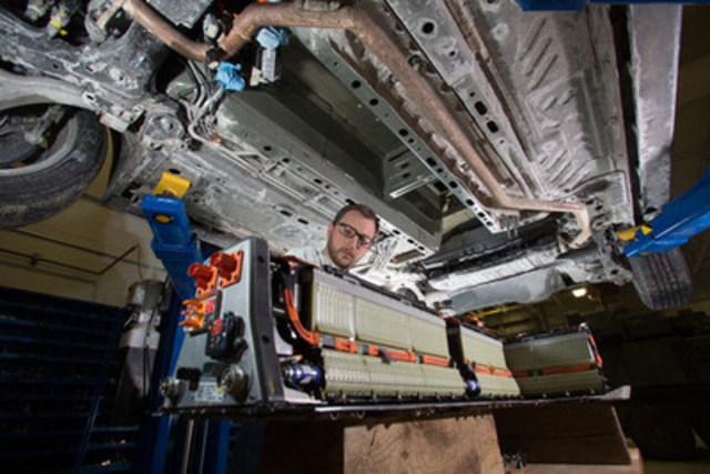 Le programme Technologies de propulsion des véhicules du Conseil national de recherches aide les constructeurs d'automobiles canadiens à rehausser l'efficacité des moteurs à combustion interne et des groupes motopropulseurs, ainsi qu'à opter davantage pour la propulsion électrique ou les piles à combustible. (Groupe CNW/Conseil national de recherches Canada)