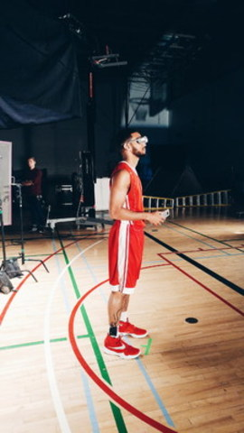 Cory Joseph tests out the all new LG G5 and LG 360 VR (CNW Group/LG Electronics Canada)