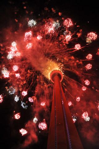 Une présentation spectaculaire de feux d'artifice a eu lieu à la place de la Tour CN au centre-ville de Toronto pour conclure la cérémonie d'ouverture des Jeux panaméricains de 2015 à Toronto et signaler le début des Jeux. (Groupe CNW/Jeux pan/parapanaméricains de Toronto 2015)