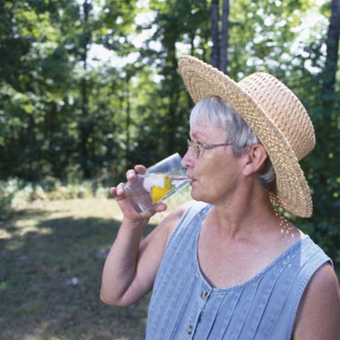 Buvez beaucoup de liquides frais, surtout de l'eau, avant d'avoir soif afin de diminuer votre risque de déshydratation. La soif n'est pas un bon indicateur de déshydratation. (Groupe CNW/Santé Canada)
