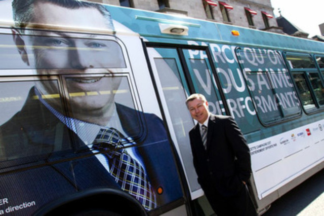François Dumontier, president and CEO of Octane Racing Group Inc. in front of the bus decked out for the campaign (CNW Group/MONTREAL HEART INSTITUTE)