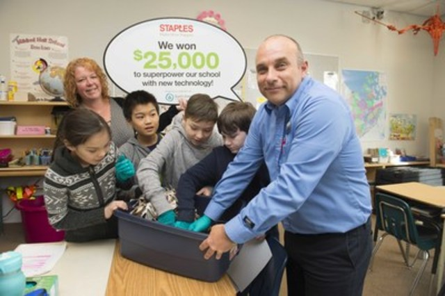 Richard La Roche (right), general manager of the Yellowknife Staples store, helps Mildred Hall School's students with their earth worm compost project. Their school has won $25,000 worth of technology through the 2016 Staples Canada Superpower your School Contest. (CNW Group/Staples Canada Inc.)