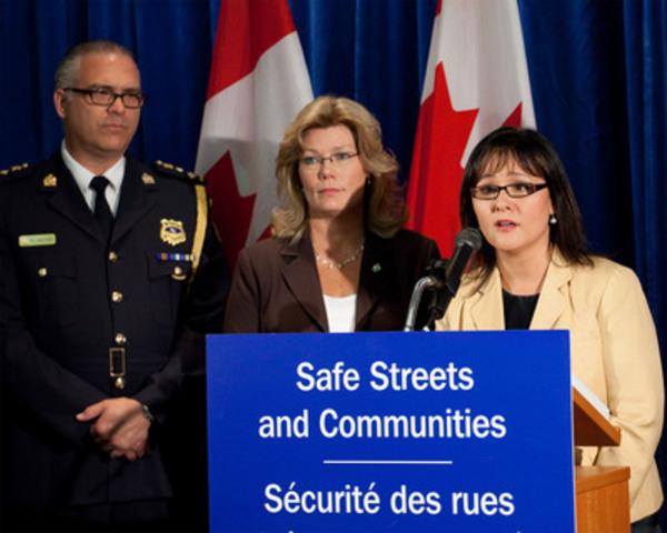 L'honorable Leona Aglukkaq, ministre de la Santé (à droite), a annoncé aujourd'hui que le gouvernement Harper prévoyait réglementer la MDPV, un ingrédient important de la drogue illicite appelée « sels de bain », en vertu de la Loi réglementant certaines drogues et autres substances (LRCDAS). La Ministre était accompagnée de Shelly Glover (au centre), députée de Saint-Boniface, Winnipeg, et du chef de police, Barry Macknight, président du Comité sur l'abus des drogues de l'Association canadienne des chefs de police. (Groupe CNW/Santé Canada)