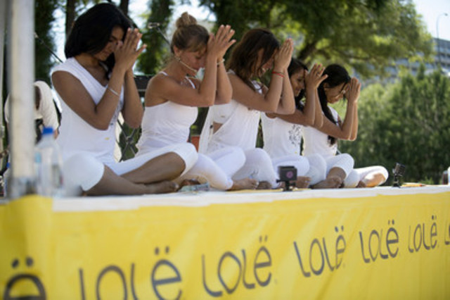 Lolë White Tour 2015: Thousands of yogis unite at Toronto's Fort York (CNW Group/ROI Relations)