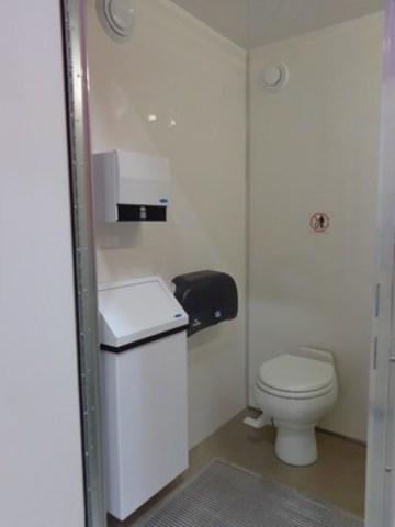L'interieur de la toilette à ete conçu pour offrir le même confort aux utilisateurs que s''ils utilisaient la salle d''eau à la maison. (Groupe CNW/RG Solution inc.)