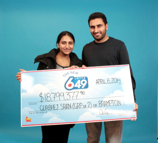 New parents Jaspreet and Gurbhej Sran collect their cheque for $18,799,377.90 after winning the March 22, 2014 LOTTO 6/49 draw. (CNW Group/OLG Winners)