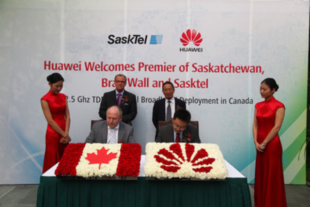 Saskatchewan Premier Brad Wall witnesses the signing of an agreement between SaskTel and Huawei Canada to trial next generation wireless broadband technology in rural Saskatchewan. Front: Ron Styles, President and CEO, SaskTel; Sean Yang, President Huawei Canada. Rear: Premier Brad Wall; Mr. Qu Wenchu, Senior Vice President Government Relations, Huawei. (CNW Group/Huawei)