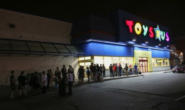 "Fans eagerly await the midnight launch of the newest Star Wars(TM) products at To​ys""R""Us on #ForceFriday, September 4. (CNW Group/Toys ""R"" Us (Canada) Ltd.)"