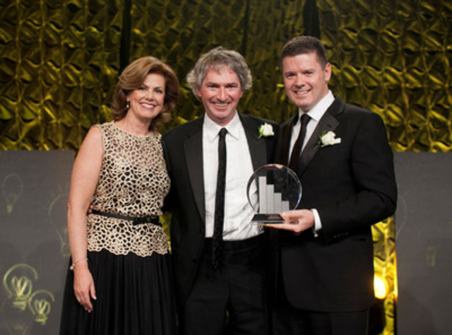 Colleen McMorrow, Partner and EY Entrepreneur Of The Year Canadian Program Director and Trent Henry, Chairman and CEO, EY present Geoff Smith EllisDon Corporation (middle) with the 2013 Canadian EY Entrepreneur Of The Year award on 27 November 2013. (CNW Group/EllisDon Corporation)