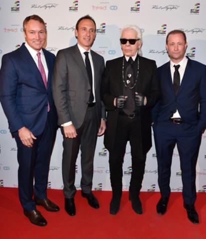Karl Lagerfeld entouré de Todd Cowan et de Jordan Dermer, les directeurs associés de CD Capital Developments, et de Peter Freed, président de Freed Developments, à Toronto, au Canada, le 1er avril 2015. (Groupe CNW/Art Shoppe Lofts + Condos)