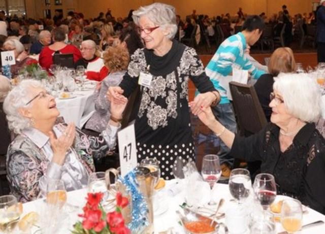 Le Centre Sheraton Montréal  et Les Petits Frères offrent un Noël mémorable à des centaines de personnes âgées seules. (Groupe CNW/Les Petits Frères)