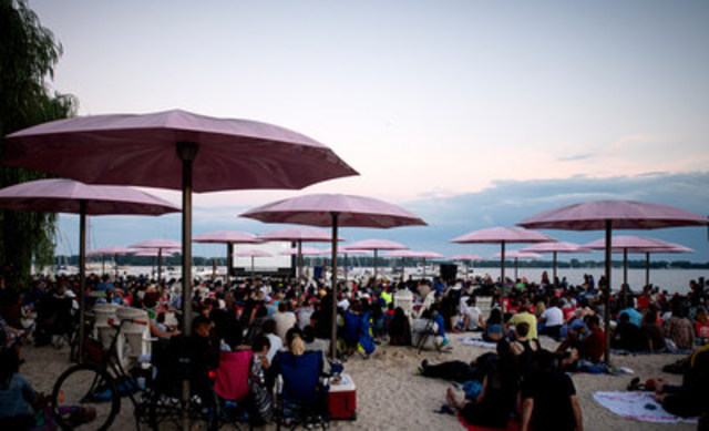 More than 2,400 movie-goers gathered at Sugar Beach for opening night of PortsToronto's Sixth Annual Sail-In Cinema. (CNW Group/PortsToronto)