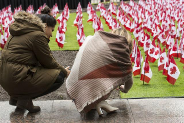 11 843 drapeaux canadiens ont été plantés sur le parterre du siège social mondial de Manuvie, au 200 Bloor Street East, afin d'honorer les quelque 118 000 membres des Forces armées canadiennes qui ont sacrifié leur vie pour le Canada, autant durant la guerre des Boers qu'au cours des missions en Afghanistan, ainsi que durant les missions canadiennes de maintien de la paix. On pourra voir les drapeaux jusqu'au 11 novembre 2016. (Groupe CNW/Société Financière Manuvie)