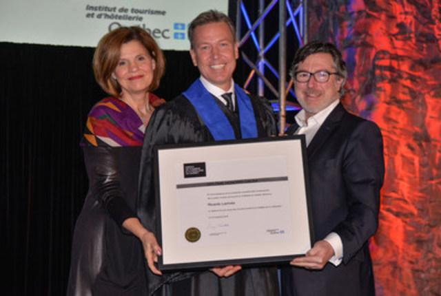 De gauche à droite : L'honorable Liza Frulla, directrice générale de l'ITHQ, C.P., O.Q., Ricardo Larrivée, récipiendaire d'un diplôme honoris causa et Paolo Di Pietrantonio, président du conseil d'administration de l'ITHQ (Groupe CNW/Institut de tourisme et d'hôtellerie du Québec)