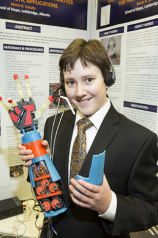 Marin R. Schultz, winner of 2014 Next Einstein with his prosthetic arm (CNW Group/Canadian Friends of the Hebrew University of Jerusalem)
