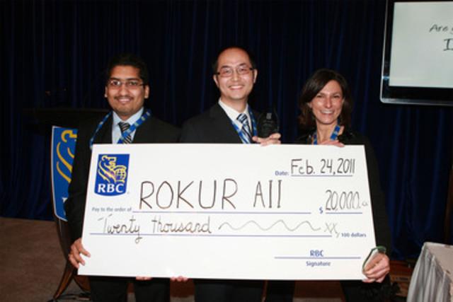 L'équipe gagnante de 2010/11, ROKUR AII (Université de Waterloo), reçoit son prix : un chèque de 20 000 $. (Groupe CNW/RBC (French))
