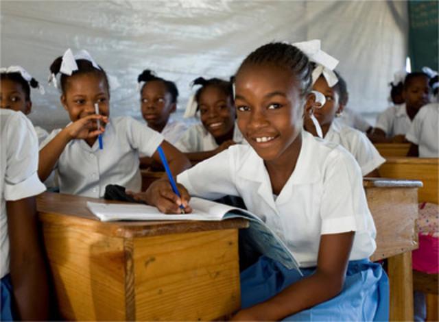 Institut Abellard, Léogâne, Haïti : Rose Carme Evenéta Clerveau, 10 ans, a perdu sa sœur et sa cousine dans le tremblement de terre. Elle nous a dit qu'elle voulait devenir médecin parce qu'elle a vu des gens souffrir. « Je voudrais faire beaucoup de choses dans la vie - J'aimerais devenir médecin- parce que j'aimerais m'occuper des gens. Je n'aime pas voir les gens souffrir. » (Groupe CNW/IKEA Canada)