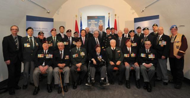 Québec - Dans le cadre de l'Année des vétérans de la guerre de Corée, Steven Blaney, ministre des Anciens Combattants, s'est joint à des vétérans, aujourd'hui, pour rendre hommage aux vétérans et aux membres du Royal 22e Régiment. (Groupe CNW/Anciens Combattants Canada)