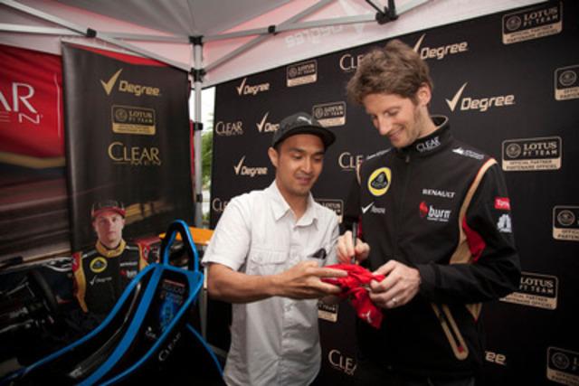 Romain Grosjean, de l'équipe Lotus F1™, est venu saluer ses fans aujourd'hui lors de l'événement Degree-Clear Men. Ces derniers ont pu tester leurs habiletés au volant d'un simulateur, en plus de rencontrer Romain avant la course. Degree et Clear Men sont des commanditaires du pilote et de l'équipe Lotus F1™. (Groupe CNW/Lotus F1)
