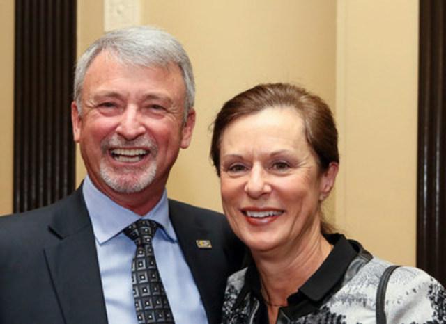 Le président de CMC Doug Potentier et la sénatrice Lucie Moncion (Groupe CNW/Coopératives et mutuelles Canada)