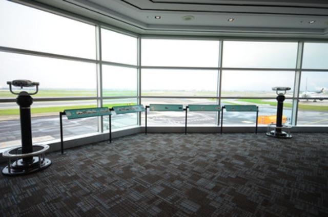 La nouvelle zone d'observation de la porte 5 offre une vue unique et dégagée sur les pistes. Des jumelles d'observation ont été installées pour que les passagers puissent voir de plus près les avions qui passent. (Groupe CNW/Greater Toronto Airports Authority)