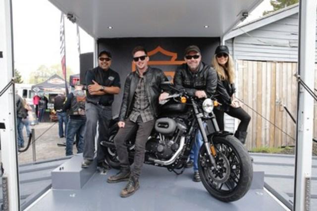 Aujourd'hui lors du PD13 - le plus grand rallye de motocyclettes du Canada qui a lieu tous les vendredis 13, à Port Dover, en Ontario, la famille Davidson a dévoilé la Roadster Harley-Davidson, une moto idéale pour la conduite en ville et sur les routes sinueuses. La Roadster se détaille à 12,999 $ et s'avère être la huitième motocyclette conçue pour la ville offerte à moins de 13,000 $. À partir de la gauche: Anoop Prakash, Directeur général de Harley-Davidson Canada, Ben McGinley, Dessinateur industriel de Harley-Davidson, Bill Davidson, Vice-Président de Harley-Davidson, Karen Davidson, Directrice de la création de Harley-Davidson. (Groupe CNW/Harley-Davidson Canada)