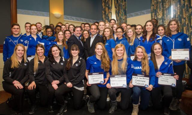 Geoff et Andrew Molson entourés d''étudiants-athlètes leur témoignant leur reconnaissance pour ce don historique de 2 millions $ alloués au Programme de sport d'excellence des Carabins. (Groupe CNW/Campus Montréal)