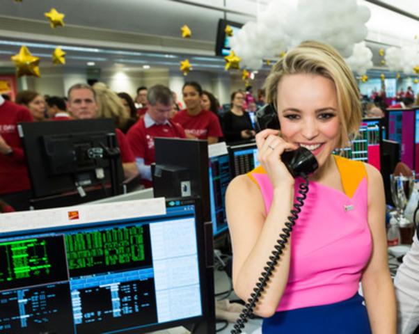 Rachel McAdams prend des appels de clients dans la salle des marchés de la Banque CIBC en vue de recueillir des millions de dollars pour des organismes d'aide à l'enfance à l'occasion de la Journée du miracle CIBC. (Groupe CNW/Banque Canadienne Impériale de Commerce)