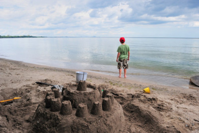(c) Frank PARHIZGAR - WWF-Canada Child on the shore of Lake Ontario, Ontario, Canada (CNW Group/WWF-Canada)