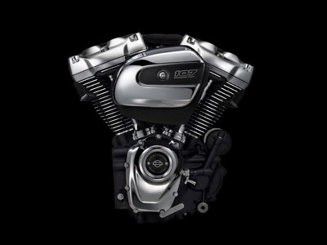Le nouveau moteur Milwaukee-Eight, neuvième modèle Big Twin de l'histoire de la compagnie Harley-Davidson, développe plus de puissance et offre une expérience de conduite améliorée tout en conservant le style, le son et la sensation emblématiques de ses prédécesseurs. (Groupe CNW/Harley-Davidson Canada)