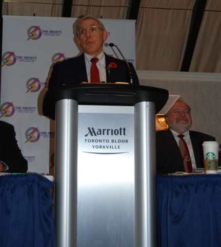 Minister of Energy Bob Chiarelli announces that there will be no offshoring of Ontario energy sector jobs at Society of Energy Professionals' meeting, October 28, 2013 (CNW Group/The Society of Energy Professionals)