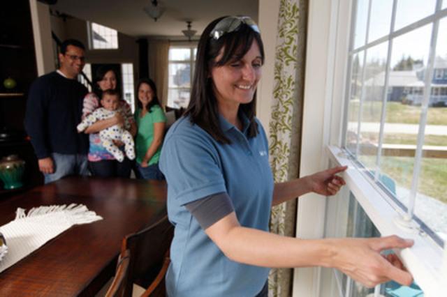 Nicole Marks, technicienne certifiée en solutions de sécurité de Bell Aliant, procède à l'installation du service Sécurité résidentielle évoluée dans la résidence de Carlos Barbosa, employé de Bell Aliant (Groupe CNW/BELL ALIANT INC. - FRANCAIS)