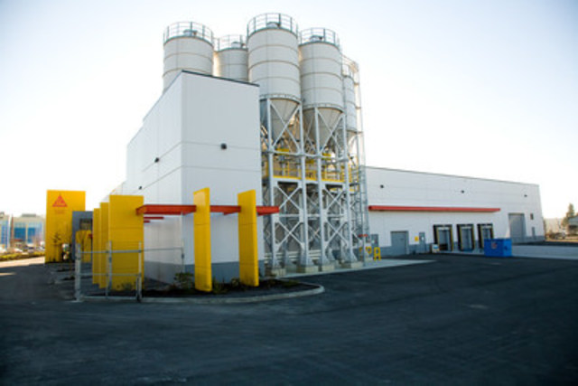 Photo no. 2572 : Rear view of the plant : Material silos and loading docks (CNW Group/Sika Canada Inc)