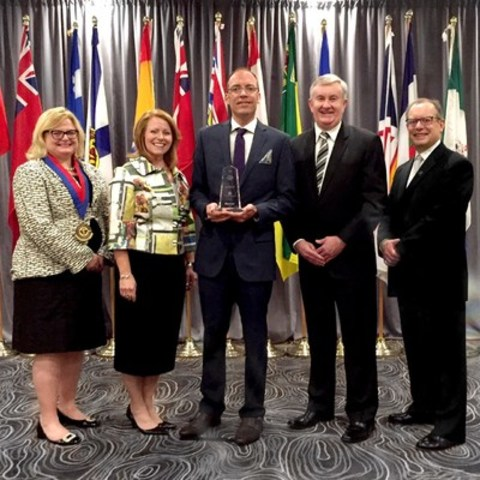 The 2016 Nursing Leadership Award is presented to Scott Robertson at the Westin Hotel in Ottawa on Sunday, June 5, 2016. Pictured left to right: Susan Owen, Vice-Chair, Canadian College of Health Leaders (CCHL) Board of Directors, Sherri Keller, Director of Clinical Services at Baxter Corporation, Scott Robertson, Stephen Thompson, General Manager and Region Head of Baxter Corporation and Ray Racette, President and CEO, CCHL. (CNW Group/Baxter Corporation)